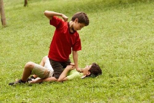 Aggressivität bei Kindern - Jungen streiten sich