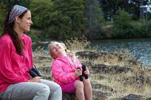 Aktivitäten mit deiner Tochter - Mutter und Tochter am Fluss