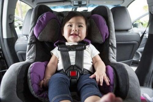 Baby im Autositz - Kind im Autositz