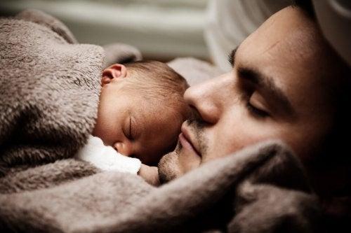Die Rolle des Vaters - Papa schläft mit Baby