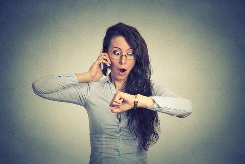 Frau braucht effektives Zeitmanagement