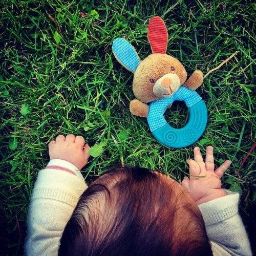 Ipads und Smartphones - Baby mit Spielzeug