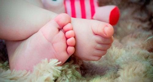 Kinderarzt gehen - Baby Füsse