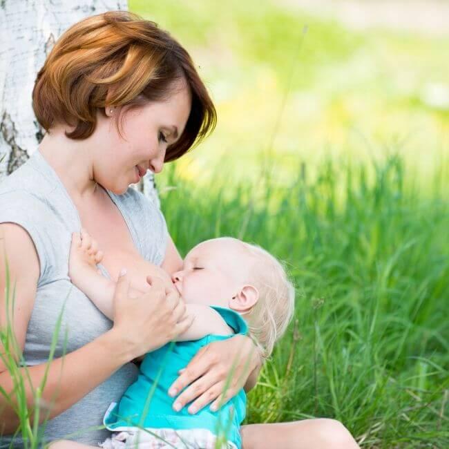 Mutter beim Stillen