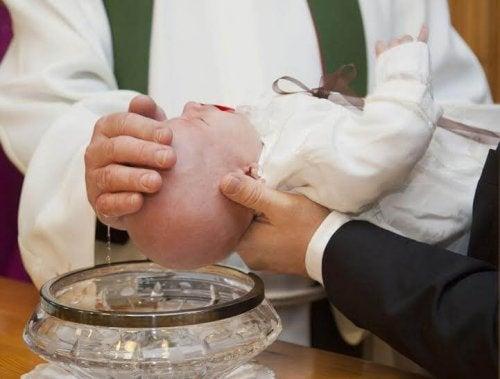 Vor der Taufe sollte man sich gut informieren, welche Anforderungen die Kirche an die Paten hat.