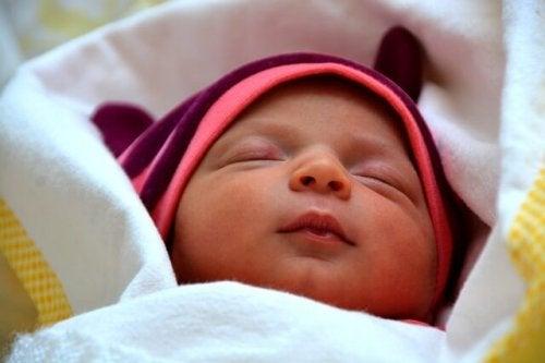 Schlafenszeit deines Babys - schlafendes Baby im Bett