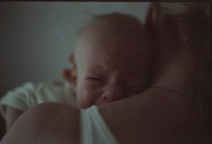 weinendes Baby bei seiner Mutter