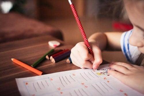 Wie man frühes Lesen beibringen kann -Kind macht Hausaufgaben