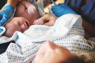 Geburt begonnen - in den Armen der Mama