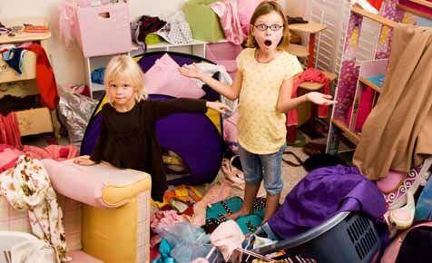 Vollzeitmutter - Zwei Kinder stehen in einem chaotischen Kinderzimmer