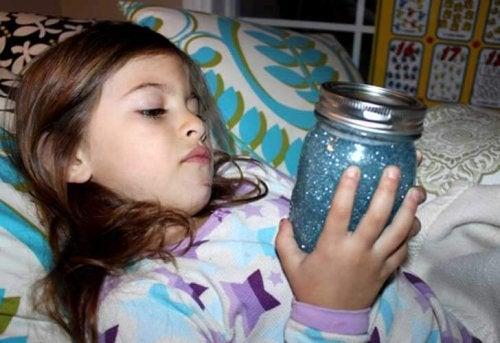 die Flasche der Ruhe - KMädchen beim einschlafen