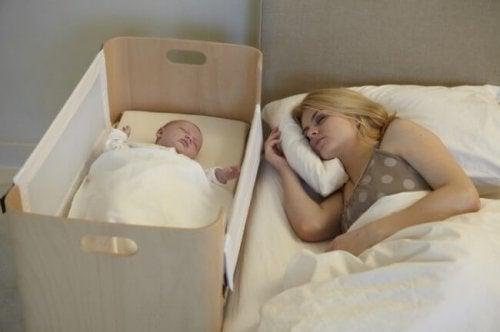 Die richtige Schlafposition für Babys zu wählen kann den plötzlichen Kindstod vermeiden.