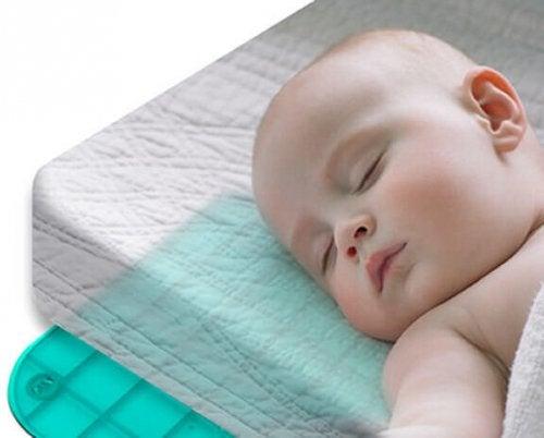 Die beste Schlafposition für Babys erreicht man am besten auf einer harten Matratze.