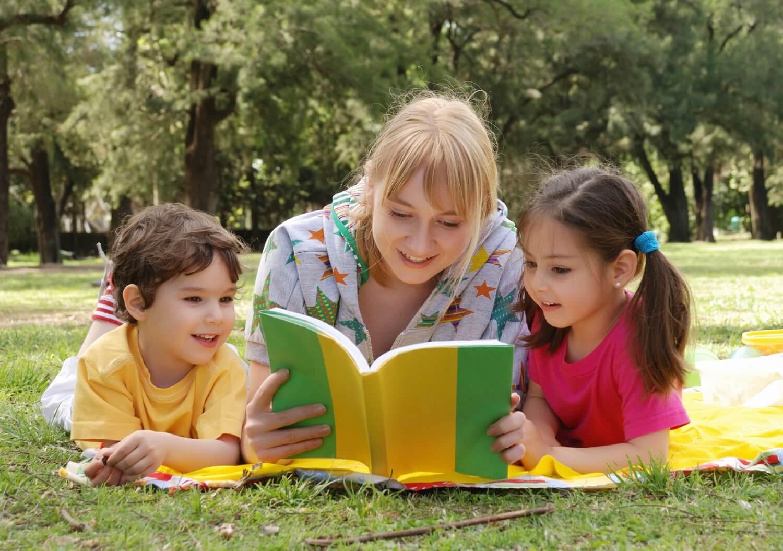 Bücher, die dein Kind lesen sollte -Mutter liest Kindern vor