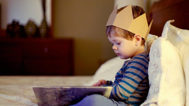 Bücher, die dein Kind lesen sollte - kleiner Junge schaut Buch an