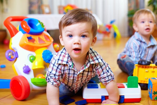 Wie kann man die motorischen Fähigkeiten von Babys stimulieren?