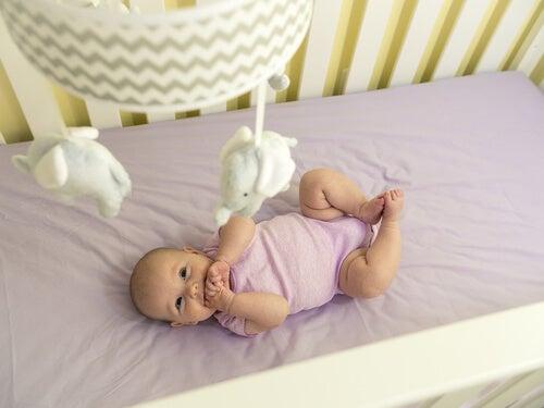 Mobile gehört zu den Dingen die Babies wahrnehmen können