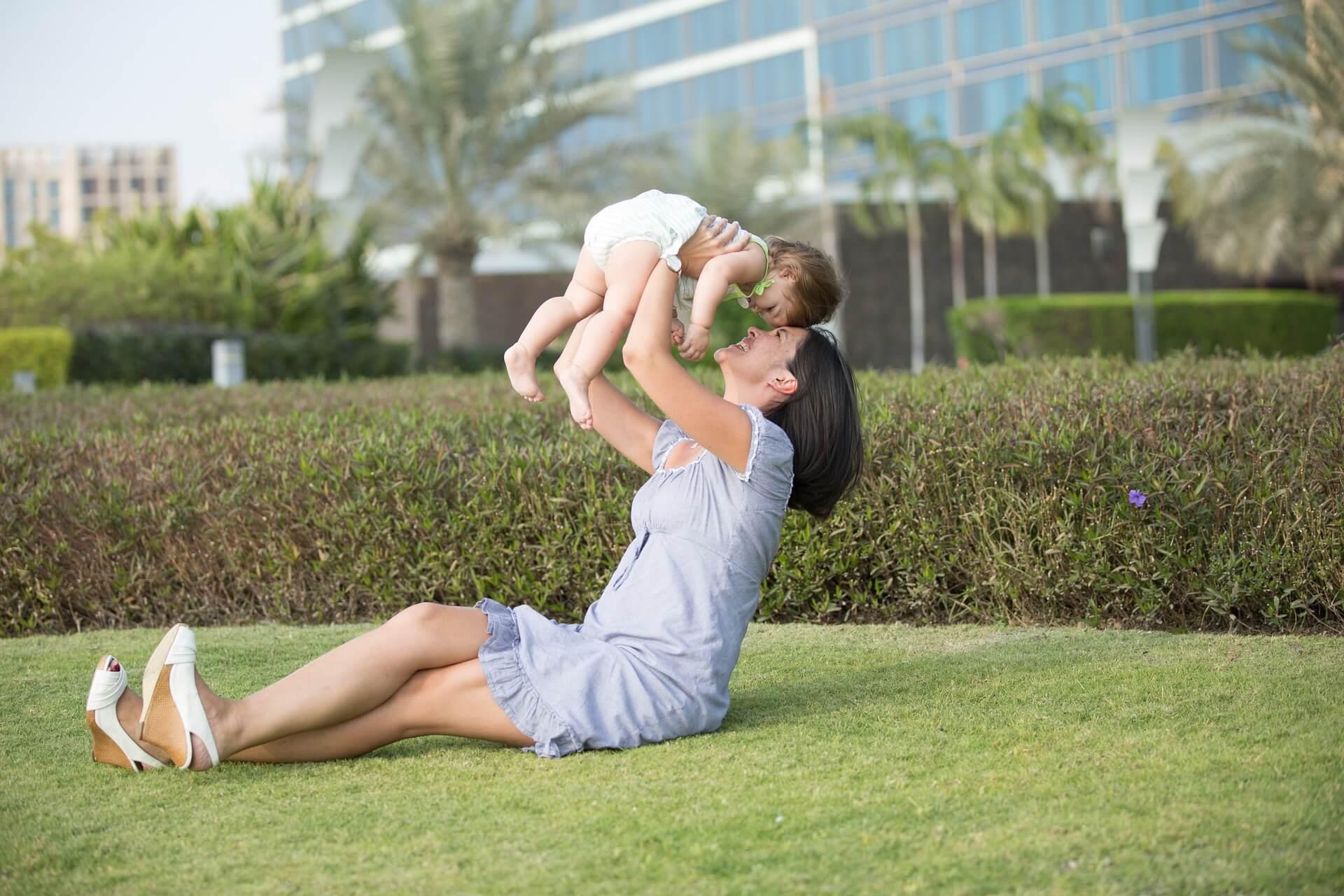 Der erste Geburtstag - Mutter mit Kind
