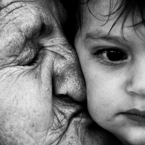Erzwungene Zuneigung - Oma küsst Kind
