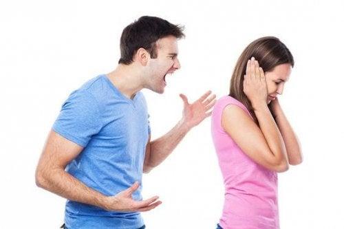 Paarstreitigkeiten sind eines der häufigen Familienprobleme, die während der Schwangerschaft vermieden werden sollten.