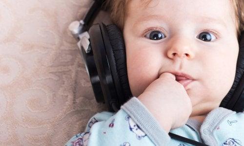 Intelligenz des Babys - Baby mit Kopfhörern