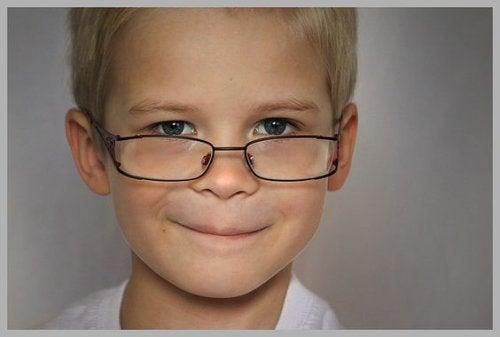 Intelligenz von Kindern - Junge mit Brille