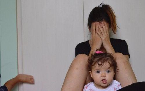 Mütter weinen - Überforderte Mutter