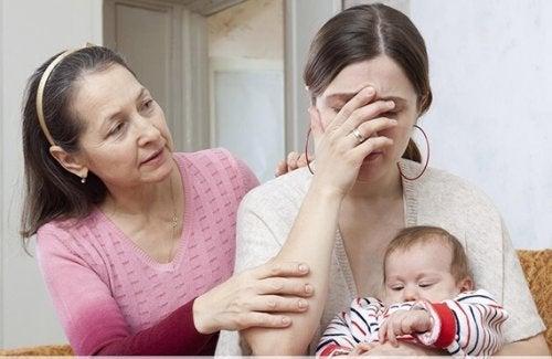 Mütter weinen - Oma tröstet Mama