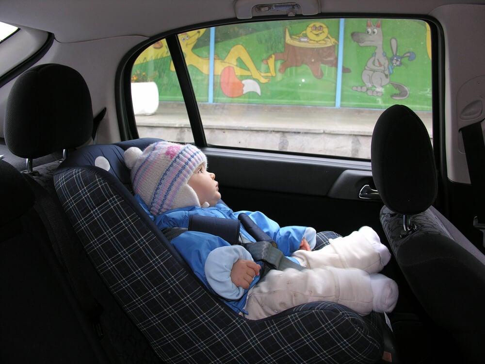 Kindersitz und Winterjacke: Eine gefährliche Kombination
