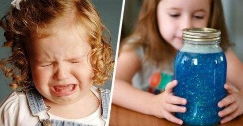 Das Montessori Beruhigungsglas lässt sich aus Glitter, Leim und Wasser leicht selbst herstellen.