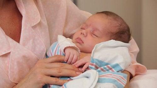 Nach der Geburt - Baby im Arm von Mutter