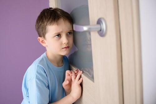 Respekt und Gehorsam - Junge lauscht and der Tür