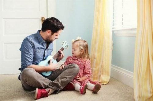 Nutze jeden Moment um mit deinem Mädchen zu singen und zu tanzen und so die Vater-Tochter-Beziehung zu stärken.