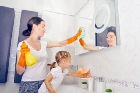 Verantwortlich zu sein - Kind hilft Mama beim putzen