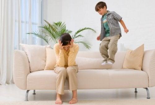 Wutanfälle in der Öffentlichkeit - Junge hüpft auf Sofa herum