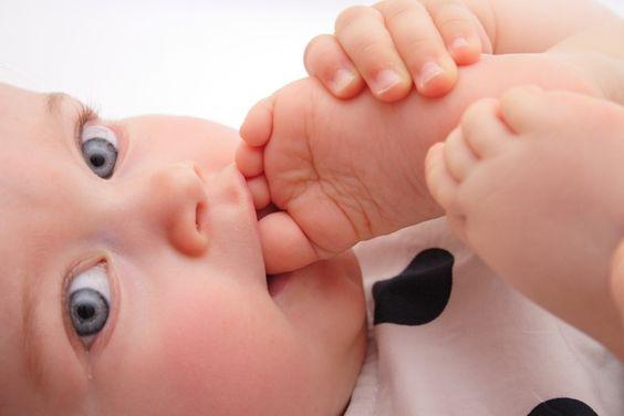Barfüßige Babys: glücklicher und klüger?