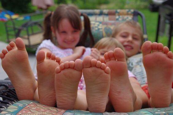 Warum laufen Kinder so gerne barfuß?