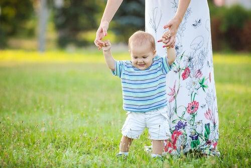 ein Traumprinz - Kind lernt laufen