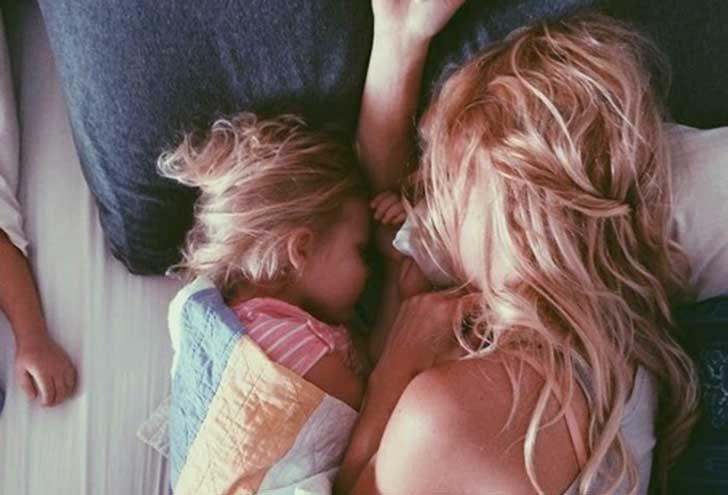 eine alleinerziehende Mutter - Mutter schläft mit Kind