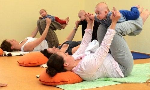 einsame Mutter macht Baby Gymnastik