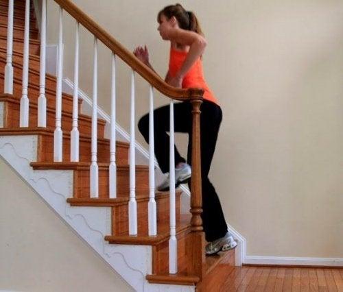 Frau steigt die Treppe rauf