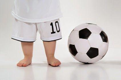 barfüßige Babys mit Fußball