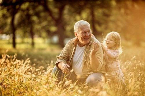 Großeltern sind immer präsent wie Oma und Enkel in der Wiese
