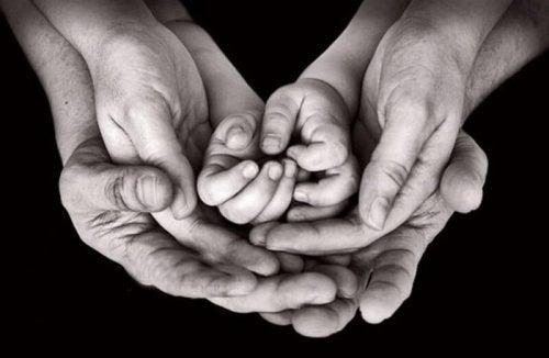 Großeltern sind für immer präsent und halten unsere Hände