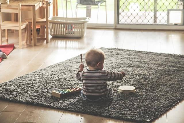 Warum werfen Babys alles auf den Boden?