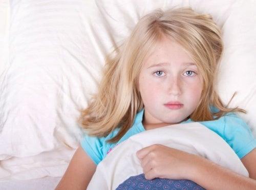 Kind wach im Bett