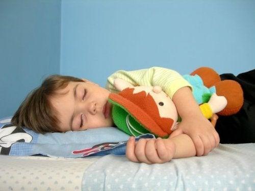 Kinder spät ins Bett bringen ist nicht gut für den Schlaf
