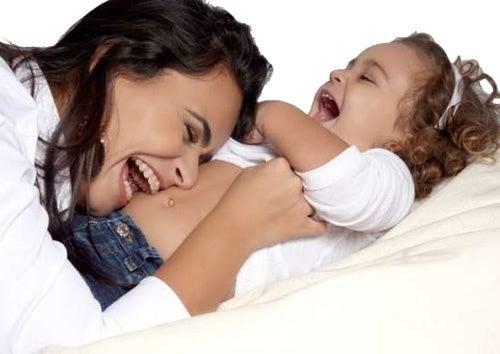 Mutter und Kind lachen kein Schreien