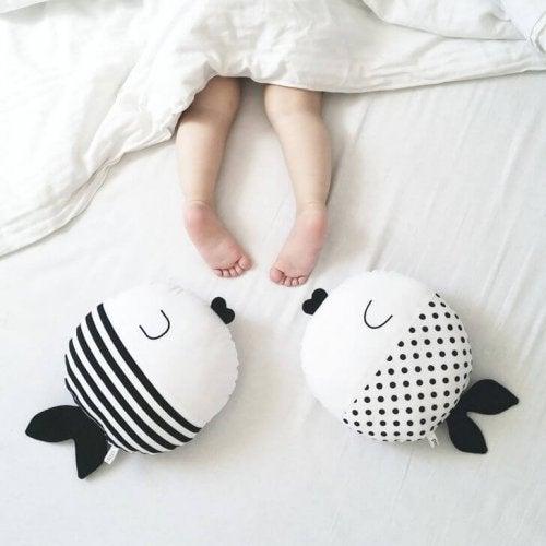 Ein zu großes Bett begünstigt, dass dein Kind sich nachts aufdeckt.