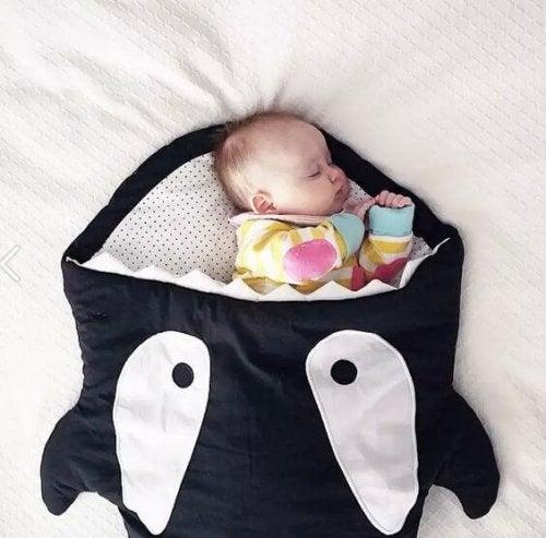 Die Verwndung eines Schlafsack ist eine gute Idee, damit sich dein Kind nachts nicht aufdeckt.